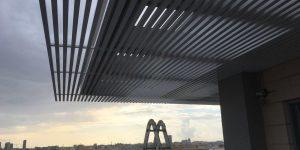 התקנת פרגולת אלומיניום תלויה למרפסת