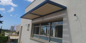 פרגולות מעוצבות מעל חלון של בית פרטי