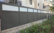 עיצוב אטום עבור גדר לחצר מאלומיניום עם זכוכית – דגם רותם 2