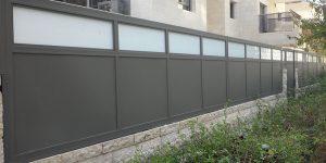 עיצוב אטום עבור גדר לחצר מאלומיניום עם זכוכית - דגם רותם 2