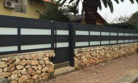 התקנת שערים מאלומיניום על חומה – דגם רותם 22