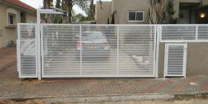 שער הזזה חשמלי לחניה של בית פרטי - דגם רז 19