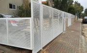 שער חניה מאלומיניום בצבע לבן – דגם רז 21