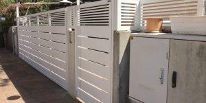עיצוב שער כניסה לבית פרטי מאלומיניום בצבע לבן - דגם שניר ורז 10