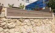 השלמת קטע על חומה עם גדר אלומיניום בצבע חום – דגם שניר 4