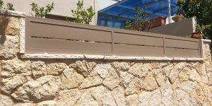 השלמת קטע על חומה עם גדר אלומיניום בצבע חום - דגם שניר 4