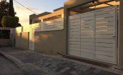 שער חניה לבן מאלומיניום – דגם שניר 8