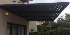 פרגולה מעוצבת מתחת למרפסת מקורה