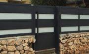 שער כניסה מעוצב מאלומיניום בשילוב זכוכית – דגם רותם 23