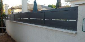 השלמה של החומה עם גדר אלומיניום כהה - דגם שניר 3