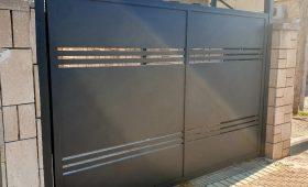 שער אלומיניום חשמלי לחניה של בית פרטי