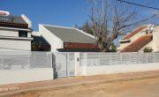 שער כניסה מאלומיניום בצבע לבן עם המשך גדר תואמת