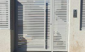 שער כניסה חשמלי מאלומיניום בצבע לבן אפור