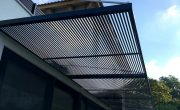 עיצוב פרגולות תלויות בשילוב עם גדר אלומיניום גבוהה
