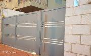מעקה מרפסת ושערים מאלומיניום לכניסה של בית פרטי